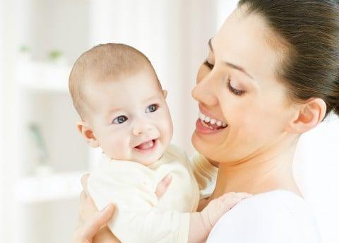 赤ちゃん ママ 抱っこ 笑顔 親子