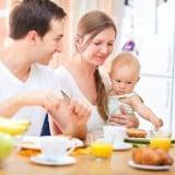 家族 赤ちゃん ママ パパ 食事