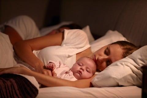 赤ちゃん ママ 添い寝 家族 ベッド