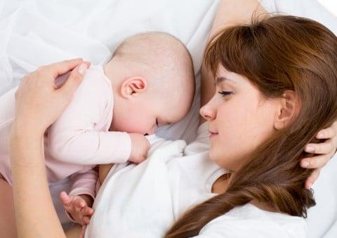 母乳 ママ 赤ちゃん 添い乳 添い寝