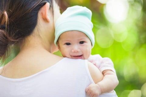 赤ちゃん 抱っこ 笑顔 ママ
