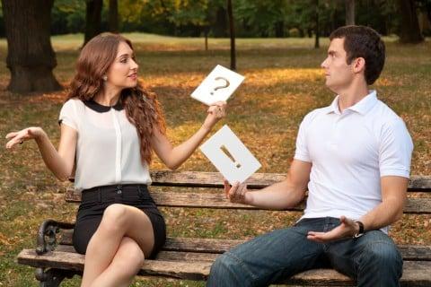 女性 男性 カップル 夫婦 びっくり 驚き クエスチョン