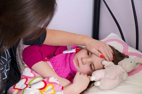 子供 発熱 ベッド 寝る 休み ママ 額 体温