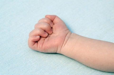 赤ちゃん 手 腕 新生児