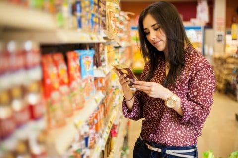 女性 チェック ラベル 確認 原材料 ショッピング 買い物