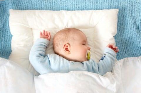 赤ちゃん 寝る 枕 布団 ベッド おしゃぶり