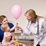 病院 診察 受診 医師 赤ちゃん ママ 親子 風船