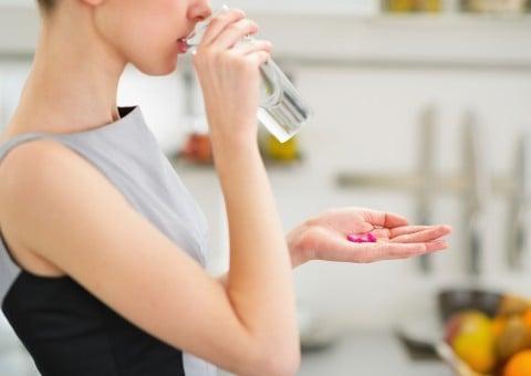 女性 薬 服用 水 コップ