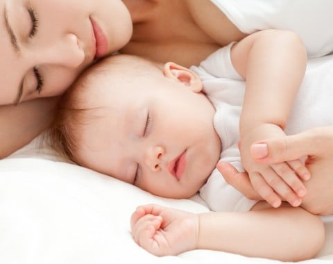 赤ちゃん ママ 寝る