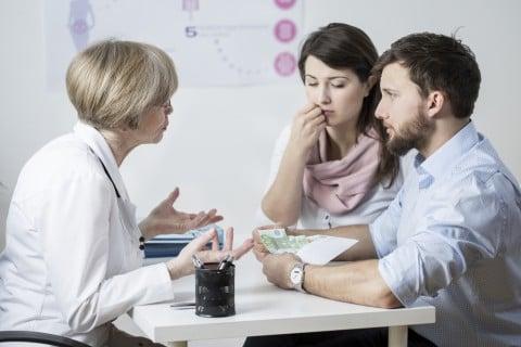不妊治療 男女 カップル 夫婦 医師 相談 受診 病院 カウンセリング