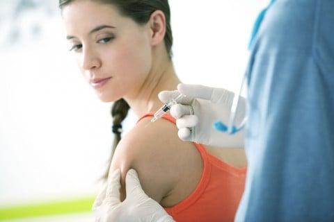 女性 予防接種 注射 医師 看護師