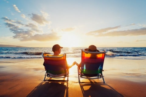 男女 カップル 夫婦 海辺 太陽 夕日