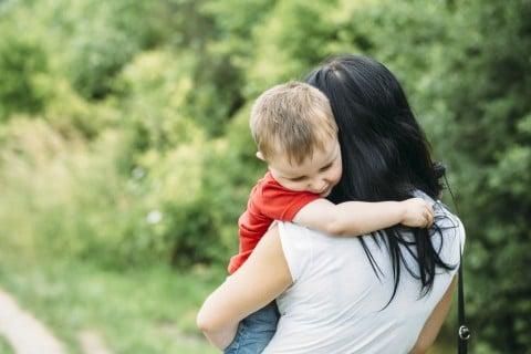 赤ちゃん 子供 ママ 不安 泣く 涙 散歩 外 抱っこ