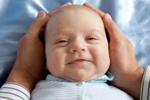 赤ちゃん 頭 手