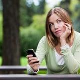 女性 携帯 考え事 悩み 調べもの