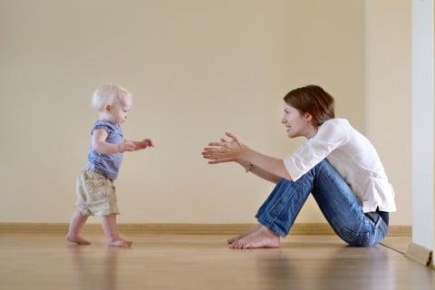 ママ 赤ちゃん たっち あんよ 練習 歩く