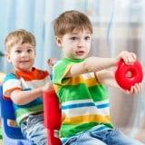 子供 ごっこ遊び 車 遊び 運転 真似 兄弟
