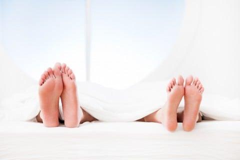 カップル 男女 足 ベッド