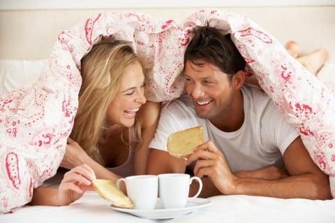 カップル 夫婦 ベッド