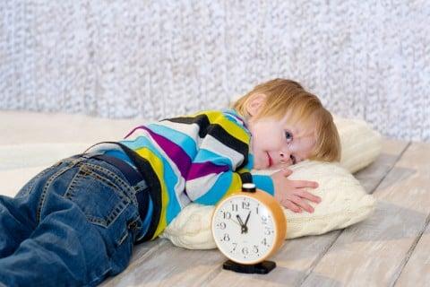 子供 倒れる 枕 時計