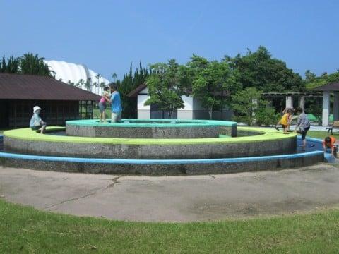 要出典 じゃぶじゃぶ池 宮崎県総合運動公園 遊戯広場(じゃぶじゃぶ池)