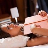女性 ベッド 本 考える 悩む ママ 寝る