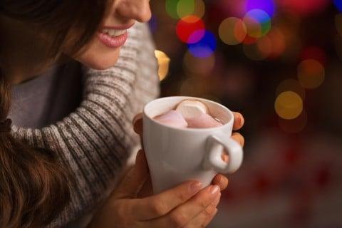 リラックス 女性 カフェ コーヒー ホット 温める