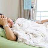 女性 入院 点滴 病院 治療 ベッド 寝る 睡眠 疲労