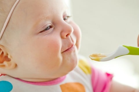 赤ちゃん 離乳食 笑顔 食べる 食事 スプーン