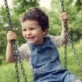 子供 ブランコ 公園 遊び 笑顔