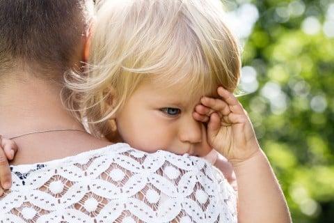 赤ちゃん ママ 抱っこ 眠い こする