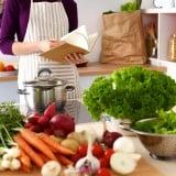 食事 料理 野菜 調理 女性 主婦