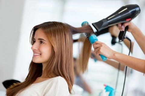 女性 美容院 髪の毛 ドライヤー ブロー