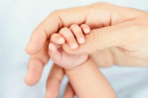 赤ちゃん 手 親 握る