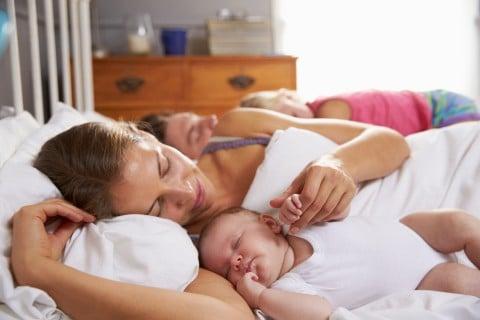 添い寝 赤ちゃん ママ 腕枕