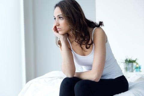女性 不安 疑問 悩み ベッド