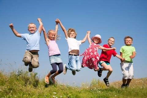 子供 跳ぶ ジャンプ 手をつなぐ 遊ぶ