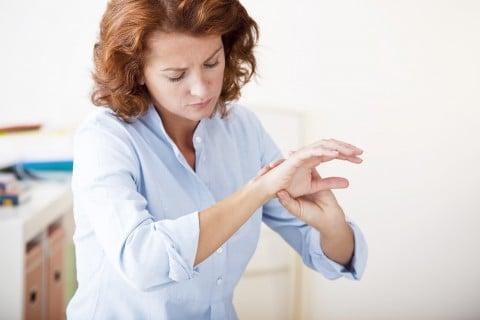 女性 手首 腱鞘炎 痛み