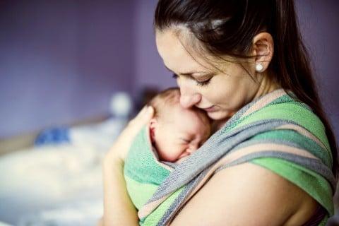 抱っこ ママ 新生児 泣く 夜泣き 寝ない