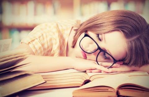 女性 だるい 眠い 図書館 本 メガネ