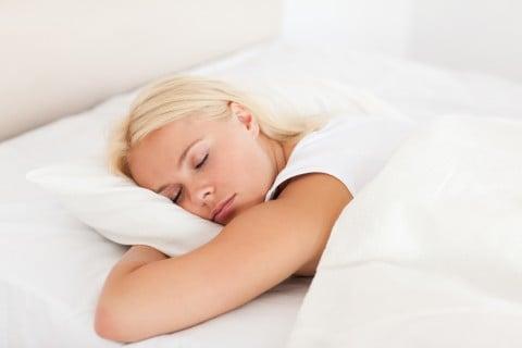 女性 寝る うつぶせ ベッド 布団