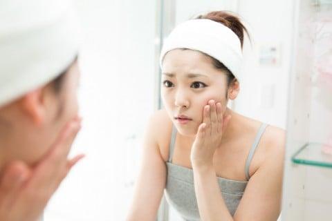 肌荒れ 女性 鏡