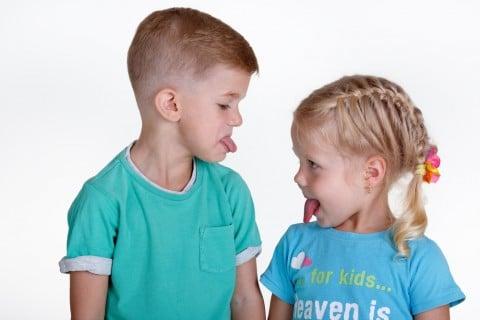 子供 舌 あっかんべー 兄弟 ケンカ