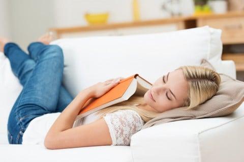 女性 仮眠 睡眠 ソファ