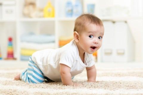 赤ちゃん ハイハイ 男の子 部屋 室内