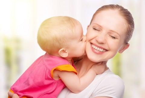ママ 赤ちゃん 親子 うれしい 笑う キス 幸せ