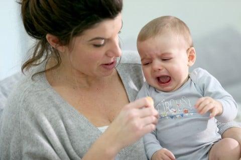 赤ちゃん 嫌 泣く ママ 抱っこ