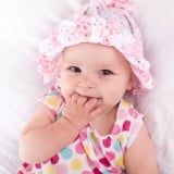 赤ちゃん 女の子 笑顔 おしゃぶり 指しゃぶり