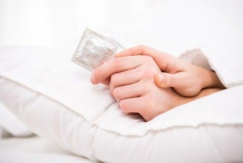 男女 カップル 避妊 コンドーム