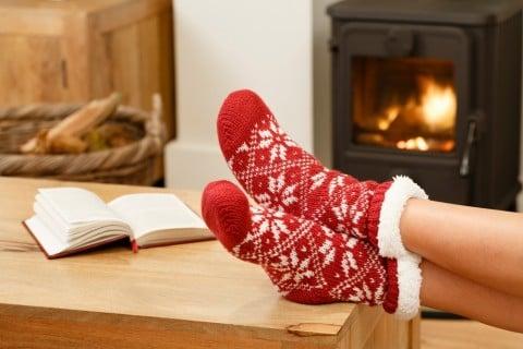 暖房 女性 暖炉 火 靴下 冬